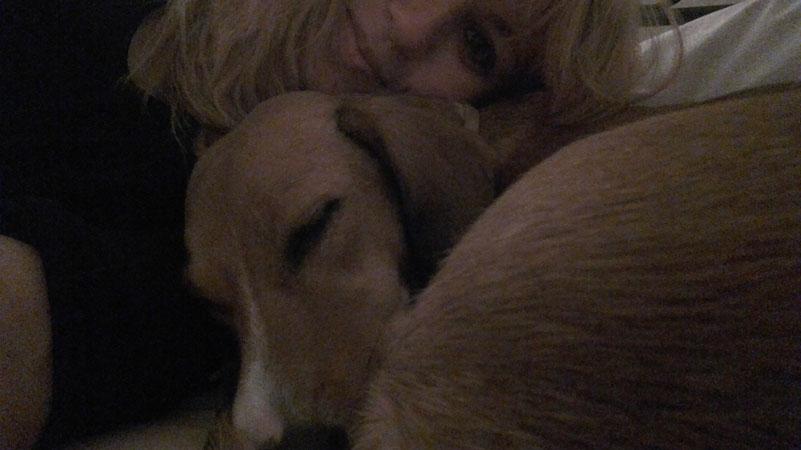 Κοιμάστε αγκαλιά στο κρεβάτι με τον σκύλο σας;